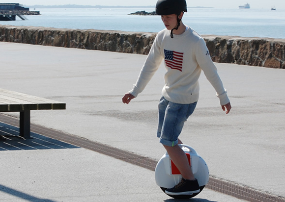 The Airwheel X8, as a self-balancing unicycle, is featured with stunning design and outstanding maneuverability. It's the transportation of the future for commuters and students.