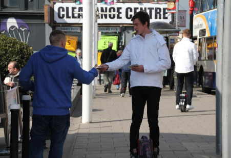 The recipe for activities in the street-riding the eye-catching electric unicycle