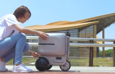 Airwheel SE3 rideable suitcase